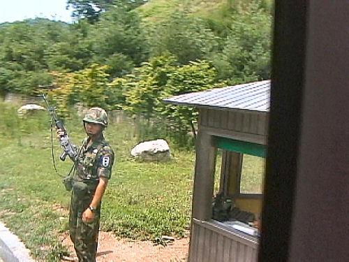 検問の韓国兵士.jpg