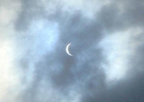 最大日食を目視でみられました!!雲を通して