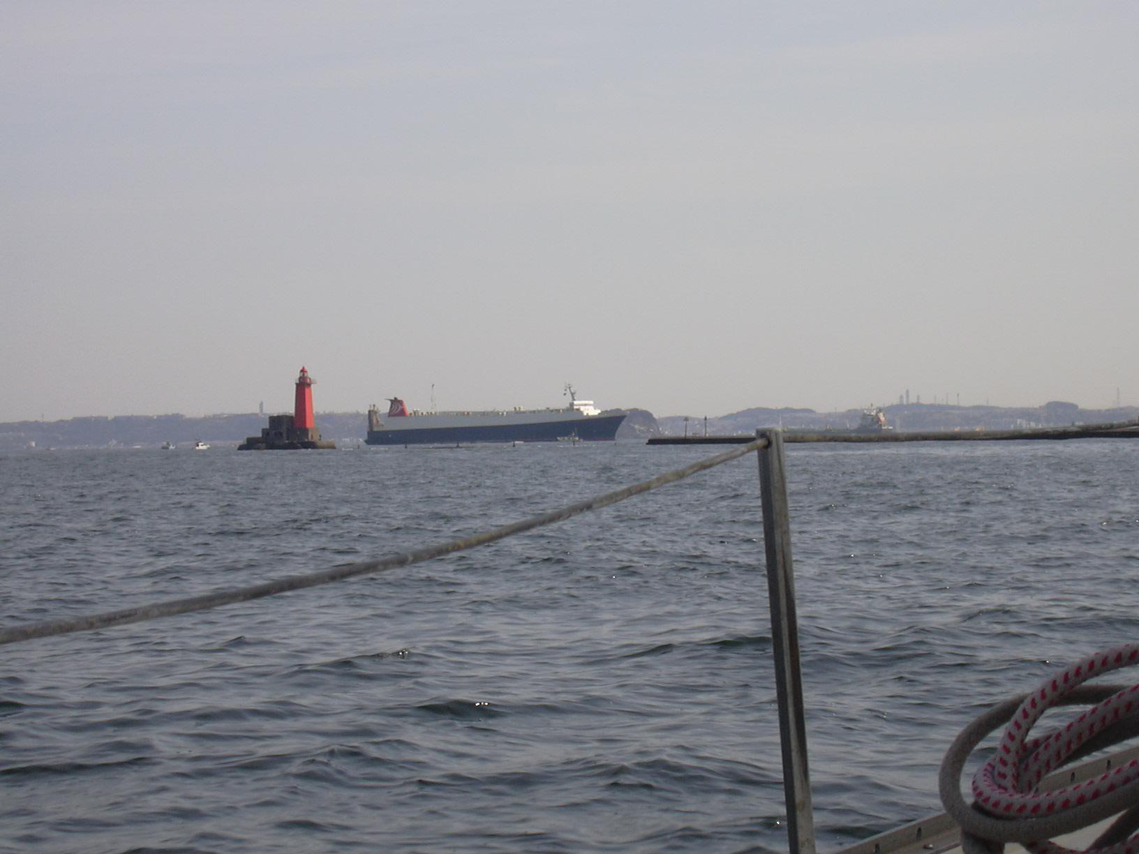 横須賀入口付近..この先には自衛艦・米軍艦が停泊中