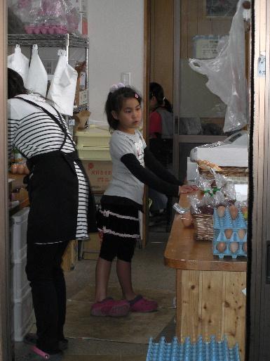 店番をする姪ッコ(20111120)