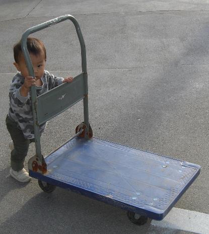 台車を押す悠翔(20111107)1