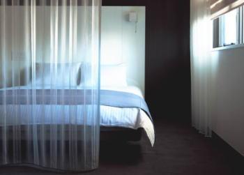 寝室に透け感のレースのフラットカーテン