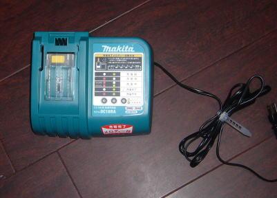 マキタのコードレス掃除機の充電器