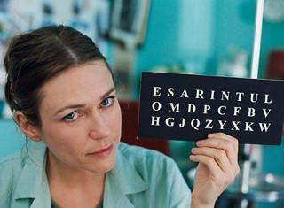 言語療法士がアルファベットを読み上げることで辛うじてコミュニケーションができる。
