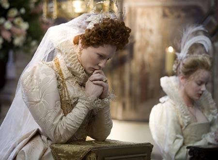 神に祈りを捧げるエリザベス。