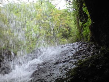 滝の裏からショット.JPG