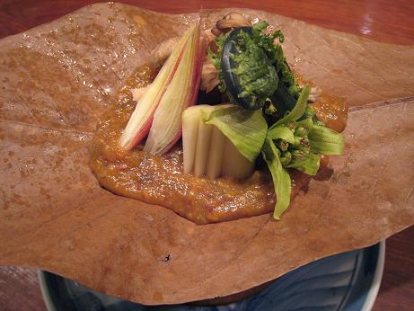 山菜入り朴葉味噌