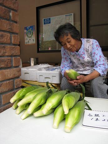 高根のトウモロコシを売るおばさん