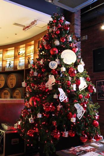店内の大型クリスマスツリー