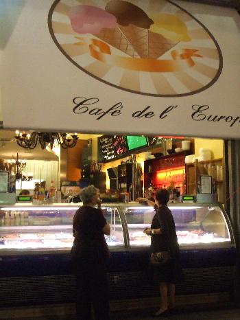 カフェでアイスクリーム