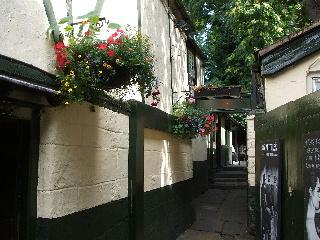 Turf Tavernは路地の奥