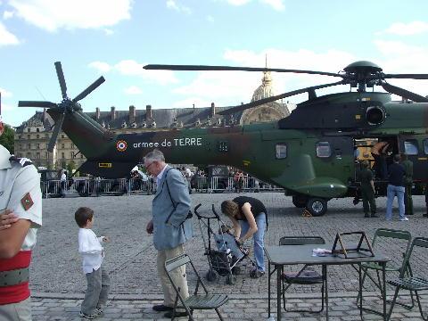 アンヴァリッド前の軍用ヘリ