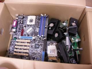 PC マザーボード、PCI カード、メモリ、CPU、その他細々とした基板類、現地ではある程度大きさか、金メッキの付き具合か何かで分類している様子だった
