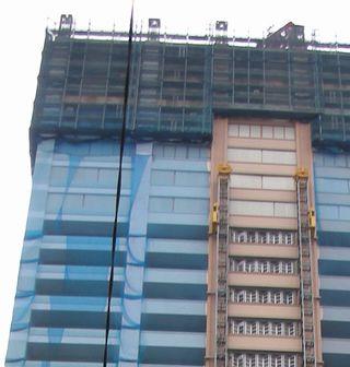 ザ・タワーズ・ウエスト プレミアレジデンス - 高層階にパネルが張られた、風雨を防ぐためだと思うが、今までこのようなパネルが張られたことはなかった