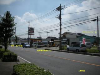道路反対側、少し三郷寄り側からパソコンファームを見る、画面左側: 金町・松戸方面、右側: 三郷方面、小さな建物と敷地しかないので車で来て止められるかどうか確実ではない。