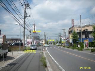 金町・松戸方面より来ると、三郷市水道部という看板の位置にパソコンファームが有る。少し先の交差点に DoCoMo ショップがあるので近所の様子は分かりやすいと思う。