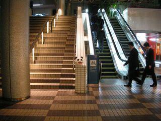 階段の角にパンダの頭部を発見、周りの人々はあまり気に掛けていなかった様だった。