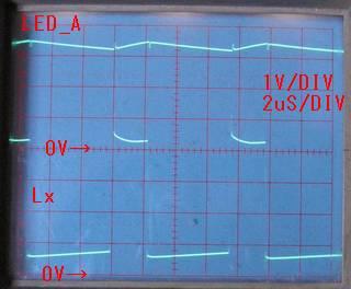 Upper LED.Anode, Lower HT7733A.LX, 1V/DIV, 2uS/DIV、波形からスイッチングは連続動作、LX ON 時0.6V~0.8V 程度浮いている。インダクタンス 33uH を調整しようか