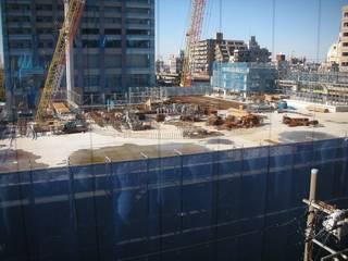 市川駅南口再開発 A街区 - メトロビルより眺める。資材が放置されていた。水たまりに鉄錆が沈殿している