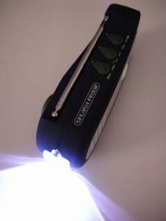 LED にランプを交換した手回し式発電懐中電灯+ラジオ