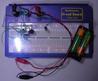 電源 ニッケル水素電池 x2,  HT7733A で 白色 LED x 4 ブレッドボードで点灯中、HT7733A は熱を持つ、熱いが触れる程度なので破壊には至らないだろう