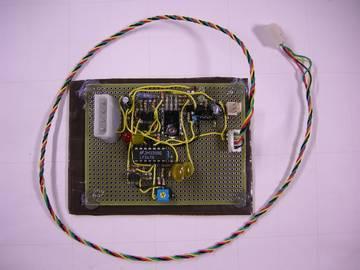 4Pin PWM Fan 信号を 3Pin Fan 信号に変換する基板 - 周りを廻っているケーブルはマザーボードの4Pin 信号へ繋ぐ線、左上が  12V 電源コネクタ、右上が 3Pin Fan 信号出力、下の半固定抵抗は最小出力電圧設定用で回路では PWM 信号とオフセットを加算している部分である
