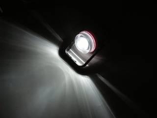 ダイソー スタンドライド に秋月の白色 LED OSPW5111A-Z3 を 4 個付けて点灯、LED の If は恐らく 10mA 程度、狭角タイプだが意外と光は広がる