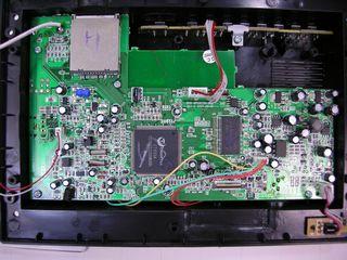 DPS702 内部基板部品面 - CT955A を中心に構成されている。半田ポールが多いので、ボールが散らかっても問題を起こさない場所で清掃した方が良いだろう。クリックで拡大します。