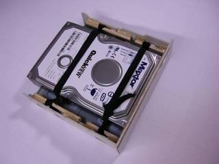 5 インチベイ用の 3.5 インチベイマウンタを改造 - ゴムバンド・ハードディスク・ベイを作る