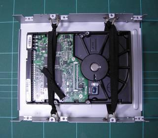故障した DVD ドライブを使った HDD マウンタ - ゴム紐で HDD を吊り、震動を遮断するので静かになる