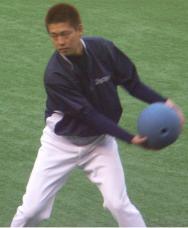 ボールを投げる大久保君