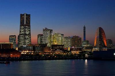 横浜港から眺める、夕闇迫る「みなとみらい」の美しい光景です。