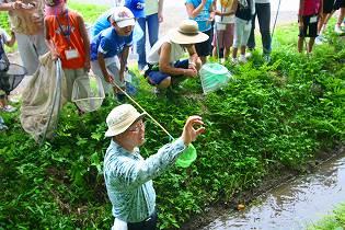 斗瑩稲荷神社の近くの川で説明中