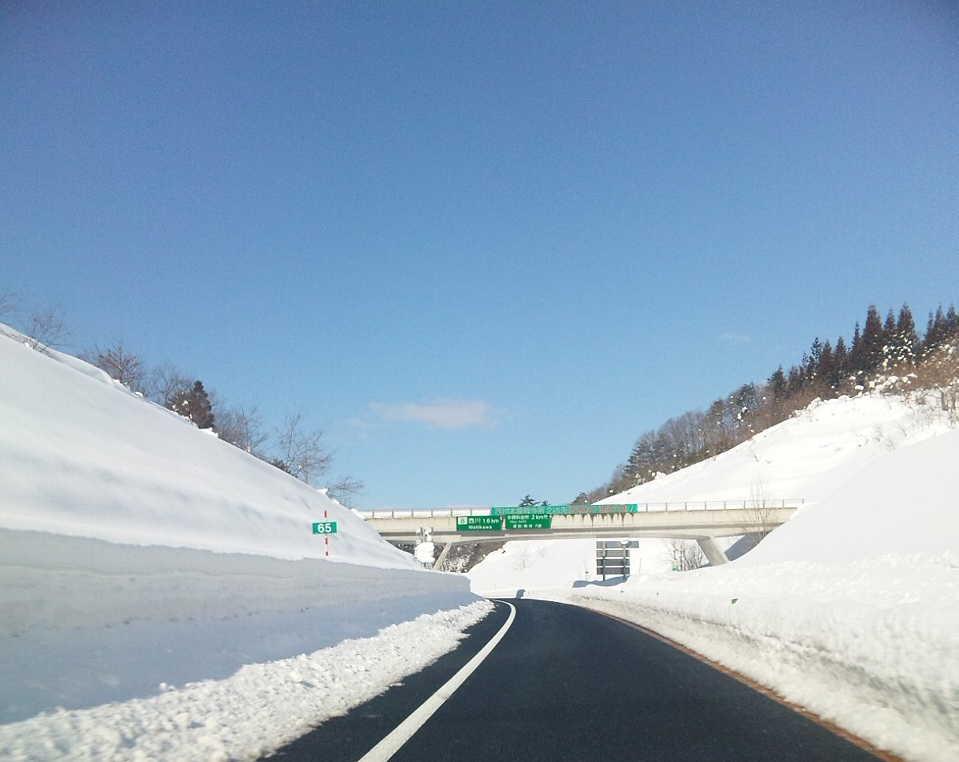山形自動車道の雪の壁
