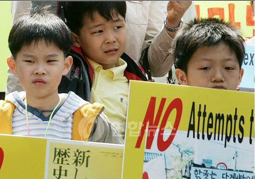 日本の教科書問題で抗議。