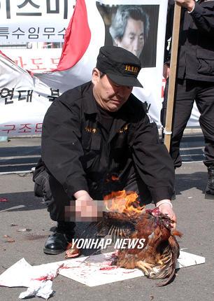 ニワトリを燃やす朝鮮人。