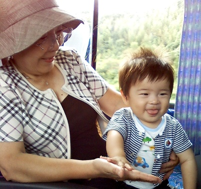 1008グランドマミーとバスの旅を満喫する駿さま