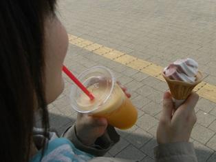ジュースとソフトクリームを愛でるマミー.JPG