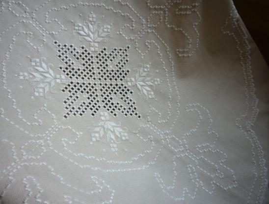 ハーダンガー刺繍テーブルセンター