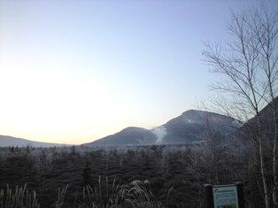 硫黄山とツツジの原