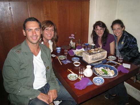 スペインからのお客様もきのこ炭火焼きと日本酒で大満足!!