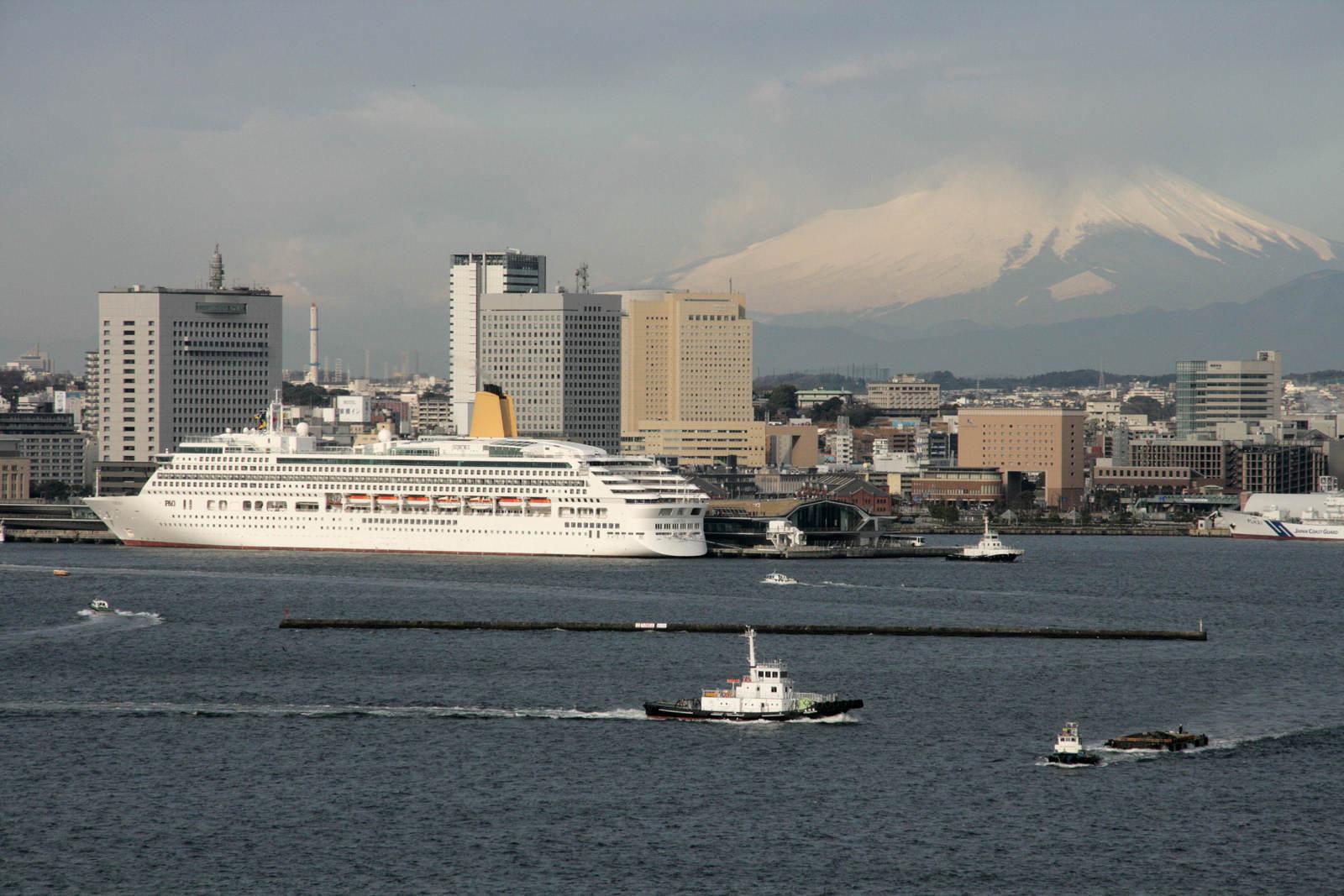 富士山と豪華船