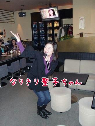 歌う亜紀子