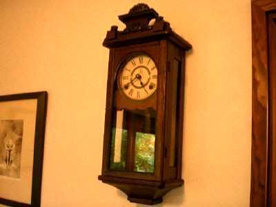 個室の柱時計