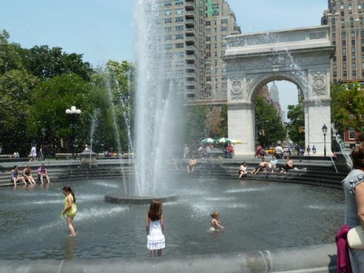 猛暑のワシントンスクェアの池