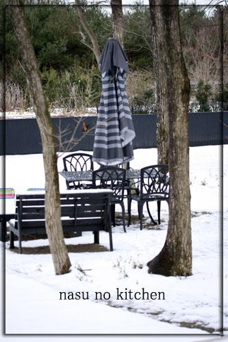 雪中テーブル.jpg