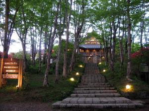 夕暮れにたたずむ山のレストラン