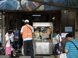 ワット・ソンのバス停前のカオマンガイ屋