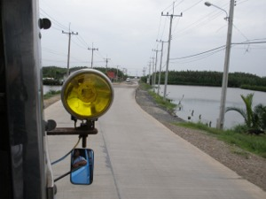 道の両側はエビ養殖池が続きます