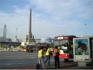 戦勝記念塔と54番バス